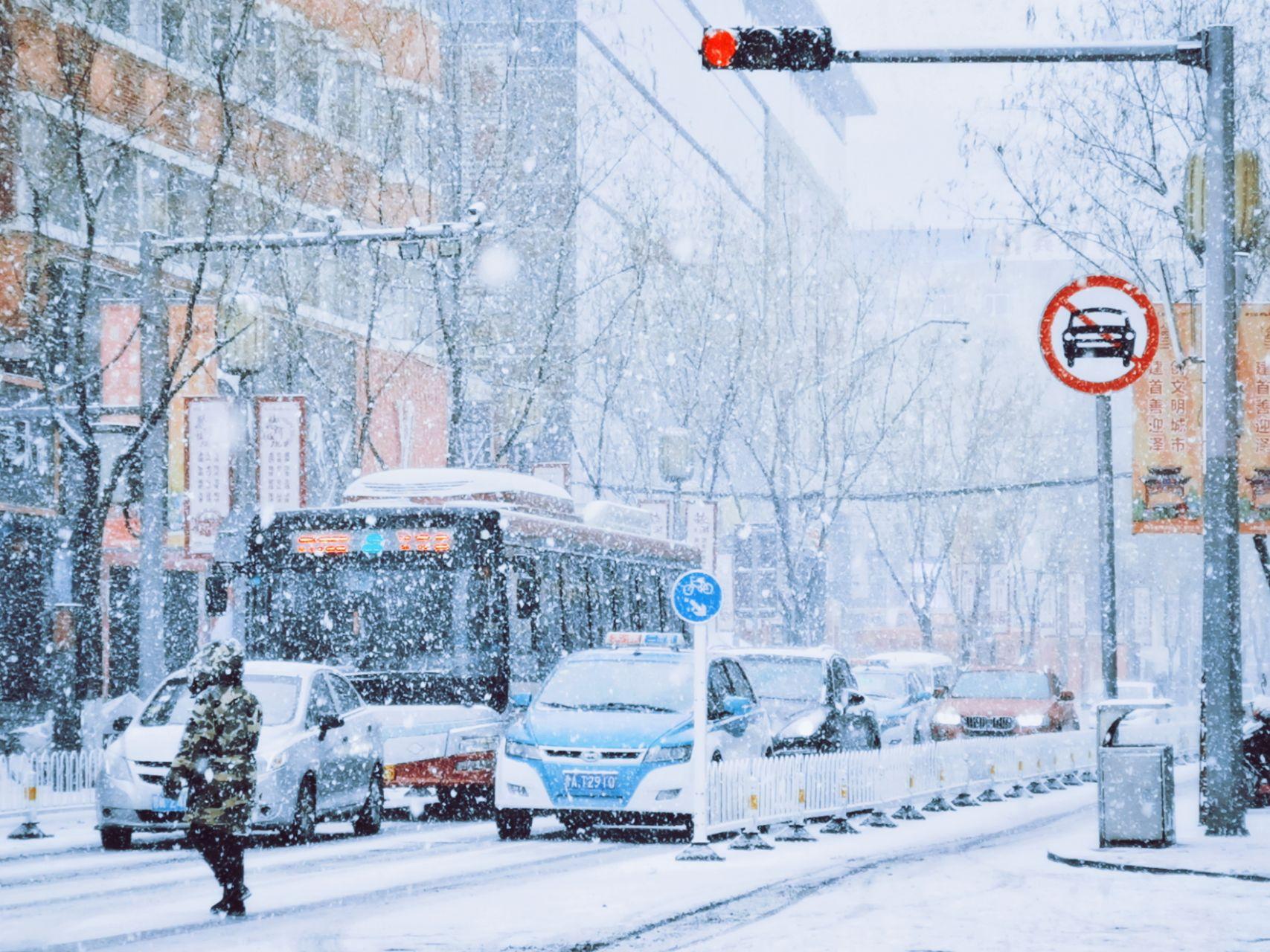 山西太原 mate20pro  木木木木大湿 满天飞雪中的行人与车辆.jpg