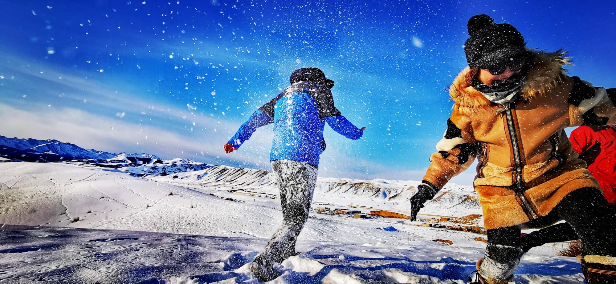 新疆乌鲁木齐南山  雪中嬉戏的人们  平哥1966 华为P30.jpg
