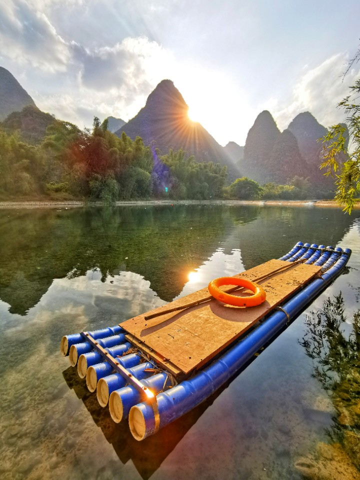 桂林阳朔 停靠在水边的竹筏  真真大地  华为P30PRO.jpg