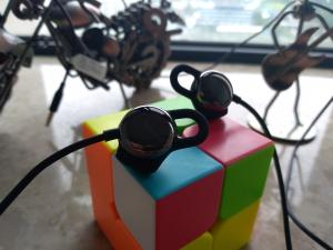 耳机也能化身心情调理专家,谁说百元有线耳机没有好货!荣耀心晴耳机不服!,花粉漫谈-花粉俱乐部